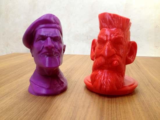 Model fioletowy - druk 3D na drukarce Profabb2. Model czerwony - druk 3D na drukarce miniBiBONE.