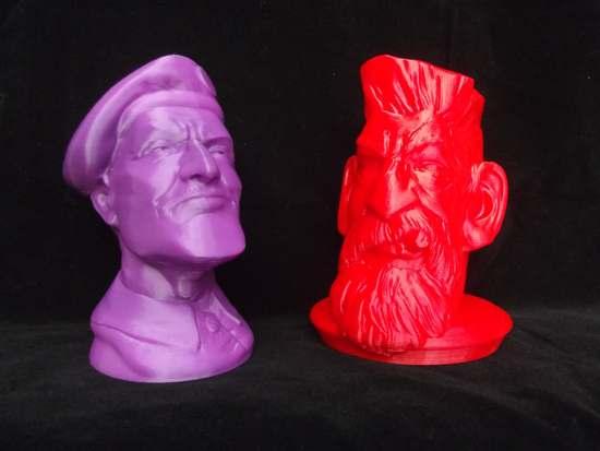 Model fioletowy - druk 3D na drukarce Profabb2. Model czerwony - druk 3D na drukarce miniBiBONE - fot. Krzysztof Dymaniuk