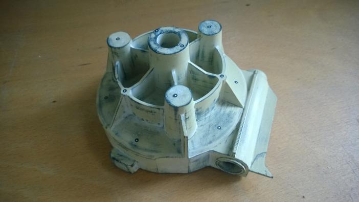 Wydruk wykonany w technologii FDM po szpachlowaniu i szlifowaniu, widoczne punkty referencyjne służące do łączenia skanów 3D, element po wydrukowaniu i obróbce był zeskanowany i porównany z modelem CAD w celu weryfikacji dokładności.