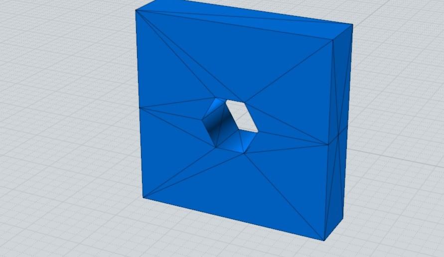 Ten sam model CAD zapisany do STL, ale z siatką trójkątów mającą bardzo małą gęstość