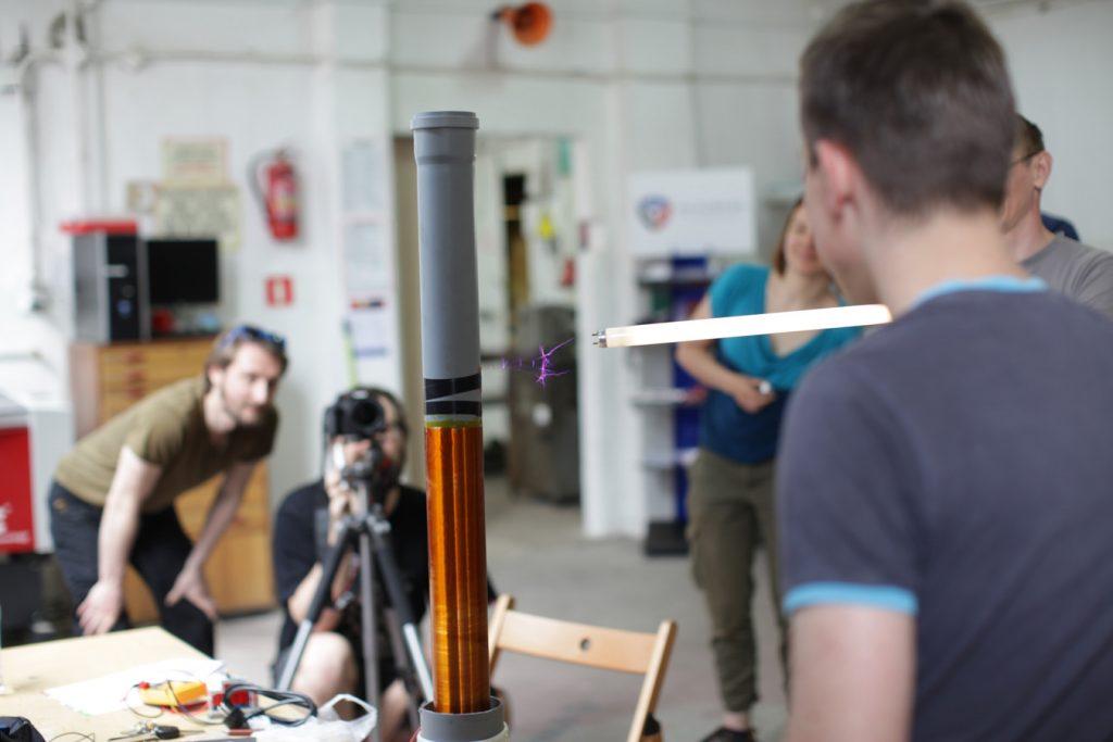 Pierwsze testy cewki Tesli - projekt Adama Adamiaka i Mateusza Kowalskiego