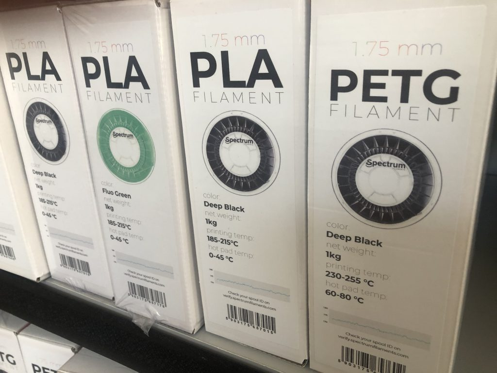 Etykiety pudełek filamentów Spectrum Filaments. Praca z filamentem.